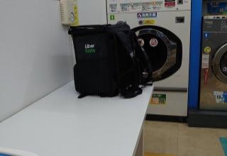 【衛生】UberEatsの兄ちゃん、宅配バッグに洗濯前のパンツ・靴下を入れてそのままコインランドリーに
