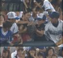 【画像】 プロ野球選手が子供に渡したボールを大人が力尽くで奪い取る