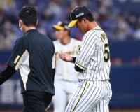 阪神・陽川 右手に打球当て交代 一塁守備でイレギュラー打球を素手でつかみ