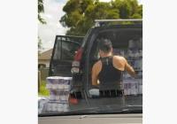 買い過ぎワロタ 大量のトイレットペーパーを車に積み込むカップル
