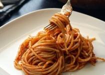 ワイ、スパゲティを混ぜたら彼女に「汚い!」と怒られる