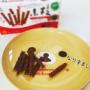 水引で小枝チョコレートを結ぶ。