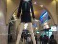【画像あり】名古屋駅で超背の高い女子高生が激写されるwwwwww