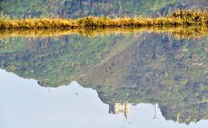 高知の水田に浮かぶ「逆さ洋城」
