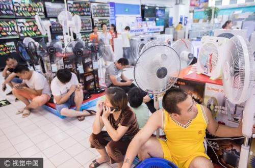 中国人の夏の過ごし方が凄いと話題 扇風機売り場に居座り 地下鉄の駅に寝て涼む 本屋で1日寝るのサムネイル画像