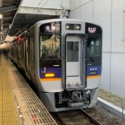『各駅停車に充当されている6両編成の南海高野線8300系に乗る』の画像