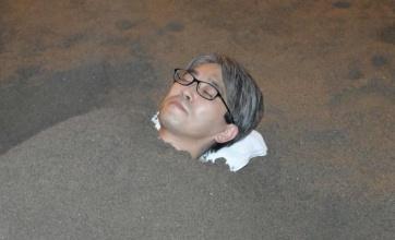 将棋の羽生九段が砂に埋まる