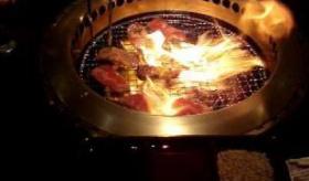 【日本の食】   こんな店 見たことがねえ・・・。 室内で BBQができる「焼肉」に 腹が減りまくりなんだが・・・。   海外の反応
