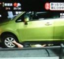 車がパンク→路肩でジャッキアップ→下に腕を入れる→ジャッキ滑る→