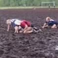 ◆動画◆男も女も腰まで浸かって泥だらけ!究極の沼地サッカーがヤバすぎる件