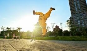 【世界のポケモン】   ピカチュウ の格好をした男が 超運動神経で 街を駆け巡っている動画。   海外の反応