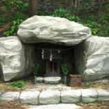 『【祟り神】俺とAとBの3人が裏山で見た不気味な女の正体「鬼見守山と祠の秘密」』の画像