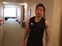 【 動画 】長友の体幹トレーニングを撮影する本田!真似をしてガチャガチャになる槙野www