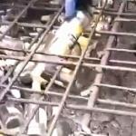 【動画】中国、セメントと砂が値上がりしたので、空きビン・空き缶を入れて材料を節約~!