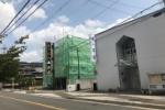 交野市唯一の仏壇店泉屋のある建物がグリーンになって神々しい仏像が登場してる