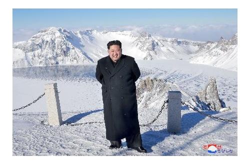 【朗報】金正恩さん、標高2750m大雪の白頭山を革靴とスーツで楽々登頂に成功mmmmmmのサムネイル画像
