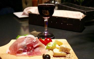 『ディナー 守口市大日 【Cafe and ber 温度】ゆったりとソファー席で肉とチーズとワインとお喋りと♪』の画像