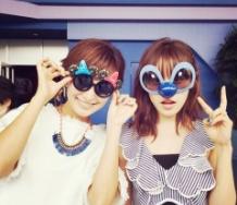 『高橋愛と市井紗耶香がディズニーランドで偶然遭遇 浮かれた眼鏡で記念撮影』の画像