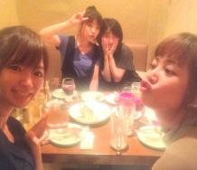 『小川麻琴「今夜は5期で久々に集まって、ガキさんのお祝いしたよー」』の画像
