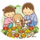 『【クリップアート】子犬と子どもとお花畑のイラスト』の画像