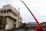 巨大クレーンがおって『巨大アンテナ』設置してたみたい~交野市役所本館横駐車場のところ~