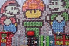 この陳列はアートだと驚かれていた、スーパーマーケットに積み上げられた飲み物ケース