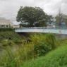 鳥の絵が描かれている文化会館の近くを流れる川に架かった橋