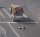 【中国】危機一髪 荷台から3歳児が転落 運転手気付かず走り去る 後続車が無事救助(動画)