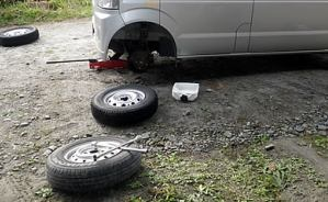 車のタイヤをスタッドレスへ交換
