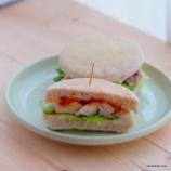 『ナムプリックパオ(タイのチリペースト)で作るチキンサンドイッチ』の画像