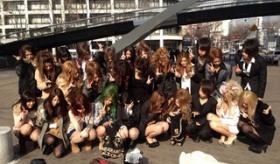 【日本の若者】  この流行は やべえよ・・・。  アヒル顔 に引き続き 衝撃の流行が 東京の若者たちの間で広がる・・・!!  海外の反応