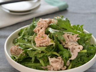 春菊とゆで豚の和えサラダ。【手軽な生食・主役級サラダ】