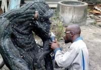 古タイヤを生き生きと躍動させる彫刻家、ヌクウォチャ・アーネスト