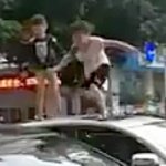 【動画】中国、悪ガキが本領発揮!駐車中の車の上に乗り「飛んだり跳ねたり」 [海外]