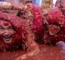グーグル撮影車、トマトまみれ=祭り参加者に襲われる-スペイン(写真)
