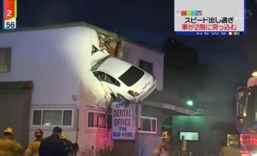 【悲報】2階に車が突っ込む