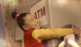 【日本のCM】  悲惨すぎる・・・。 仕事から家に帰ってきた父親が ATM機に描写されているCMが 日本で話題に。    海外の反応