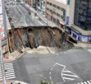 6m陥没した県道に軽乗用車が転落、運転男性は自力脱出【長崎】