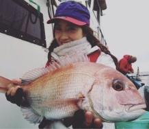『LoVendoЯ岡田万里奈、化け物みたいにデカい鯛を釣り上げる』の画像