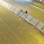 【動画】中国、酔った女子が遠回りがイヤで道路の中央分離柵を100mにわたって横倒し!