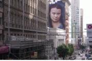 【米国】サンフランシスコに環境活動家グレタさんの巨大壁画、道行く人々をギロリと見下ろす(写真あり)