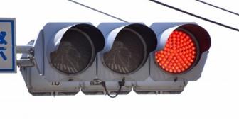 【馴れ初め】カゼでフラフラになり会社を早退。車で信号待ちしていると追突される→突き飛ばされて前の車へ衝突。→