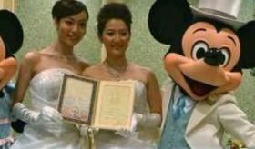 【同性愛結婚】    日本で 女性同士が ディズニーランドで結婚式を挙げているぞ! おめでとう!!  海外の反応