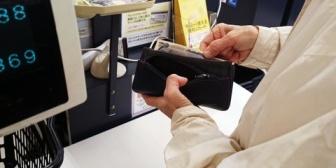 おっさん「やっぱりカードで」店員「もう清算してしまったのでサービスカウンターで返金処理をして頂かないと」おっさん「そんなのそっちの都合だろう!」→店長がやってきて…