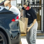 『【マスクがド派手…!?】マイリー・サイラスと恋人のコーディー・シンプソンがペットショップにお出かけ!Miley Cyrus and Cody Simpson heads to the pet store』の画像