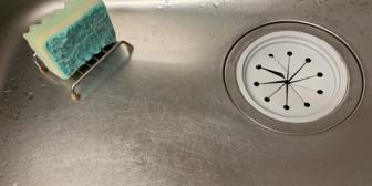 何度やめてくれと言っても台所の流し台にゴミをぽいぽい投げ込む糞嫁。なんでそのまますぐ近くの蓋付きゴミ箱に捨てられないのか意味不明なんだが…
