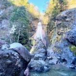 『美しい滝へ』の画像