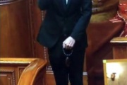 山本太郎氏が1人牛歩と焼香のパフォーマンス「本日は自民党の告別式」
