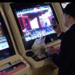 けだるそうに3rdをプレイするサラリーマン。画面をよく見るとブロッキングをしており、Twitterでバズる。海外「これが日本の日常」