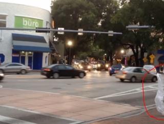 横断歩道を歩く「ビニール袋」が目撃される 海外の反応